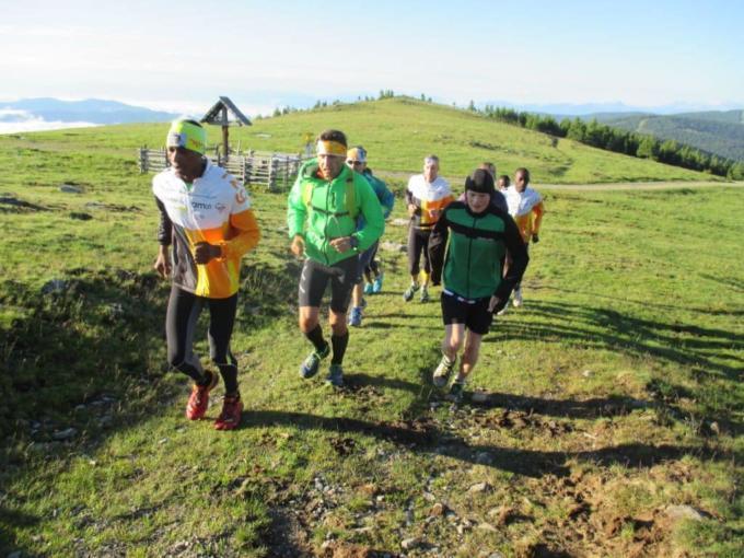 Eine Gruppe Läufer beim Höhentraining auf einem Wanderweg. JUFA Hotels bietet Ihnen den Ort für erfolgreiches Training in ungezwungener Atmosphäre für Vereine und Teams