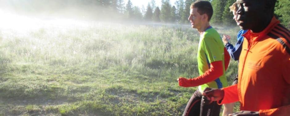 Eine Gruppe von Läufern läuft auf einem Feldweg im Morgentau. JUFA Hotels bietet Ihnen den Ort für erfolgreiches Training in ungezwungener Atmosphäre für Vereine und Teams.