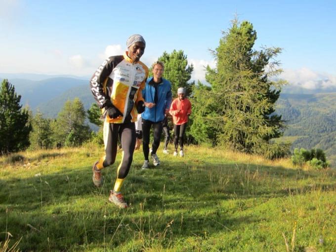 Eine Gruppe Läufer beim Höhentraining auf einer Almwiese. JUFA Hotels bietet Ihnen den Ort für erfolgreiches Training in ungezwungener Atmosphäre für Vereine und Teams
