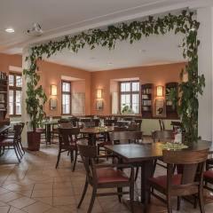 Gemütliches Literaturcafé im JUFA Hotel Meersburg. Der Ort für tollen Sommerurlaub an schönen Seen für die ganze Familie.