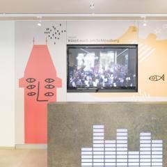 Lobbybereich mit mobilem Radiostudio im JUFA Hotel Graz City. Der Ort für erlebnisreichen Städtetrip für die ganze Familie und der ideale Platz für Ihr Seminar.