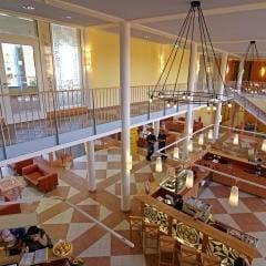 Großzügiger Lobbybereich im JUFA Kempten - Familien-Resort. Der Ort für kinderfreundlichen und erlebnisreichen Urlaub für die ganze Familie.