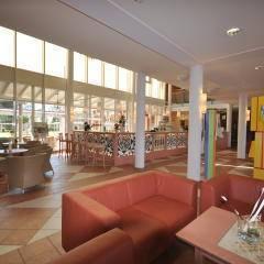 Gemütlicher Lobbybereich zum Entspannen im JUFA Kempten - Familien-Resort. Der Ort für kinderfreundlichen und erlebnisreichen Urlaub für die ganze Familie.