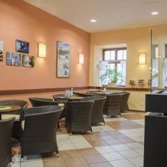 Gemütliche Lobby mit Kamin im JUFA Hotel Meersburg. Der Ort für tollen Sommerurlaub an schönen Seen für die ganze Familie.