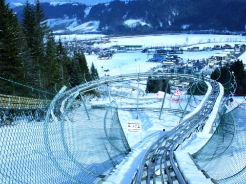 Rodelbahn Lucky Flitzer Alpine Coaster im Winter. JUFA Hotels bietet erholsamen Familienurlaub und einen unvergesslichen Winterurlaub.