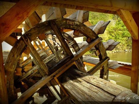 Mühlenrad der Murecker Schiffsmühle in der Steiermark. JUFA Hotels bieten erholsamen Familienurlaub und einen unvergesslichen Winter- und Wanderurlaub.