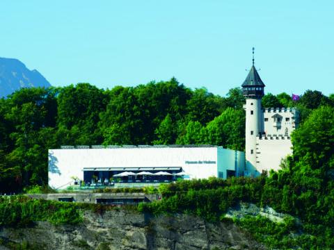 Aussenansicht vom Museum der Moderne auf dem Mönchsberg in der Stadt Salzburg. JUFA Hotels bietet erlebnisreichen Städtetrip für die ganze Familie und den idealen Platz für Ihr Seminar.