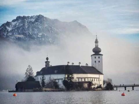 Seeschloss Ort in Gmunden in malerischer Winterstimmung. JUFA Hotels bietet erholsamen Familienurlaub und einen unvergesslichen Winterurlaub.