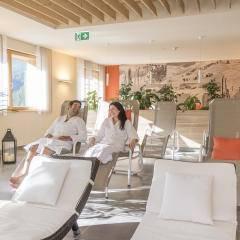 Ruheraum mit Liegestühlen im Wellnessbereich im JUFA Hotel Malbun Alpin-Resort. Der Ort für erholsamen Familienurlaub und einen unvergesslichen Winter- und Wanderurlaub.
