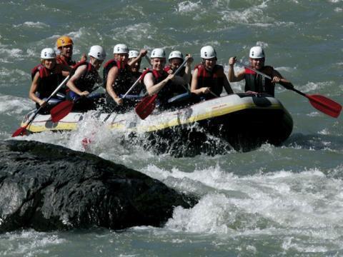 Gruppe beim Outdoorerlebnis Rafting auf der Salzach. JUFA Hotels bietet Ihnen den Ort für erlebnisreichen Natururlaub für die ganze Familie.