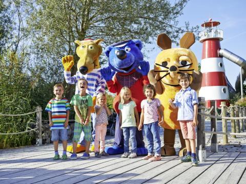 Kinder und Maskottchen im Ravensburger Spieleland in Baden-Württemberg im Sommer in der Nähe von JUFA Hotels. Der Ort für erholsamen Familienurlaub und einen unvergesslichen Winter- und Wanderurlaub.
