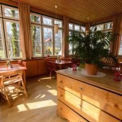Gemütliches Restaurant lädt zum Stärken ein im JUFA Hotel Grundlsee. Der Ort für tollen Sommerurlaub an schönen Seen für die ganze Familie.