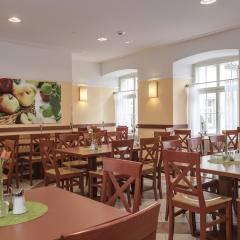 Restaurant mit dekorativem Wandbild im JUFA Hotel Meersburg. Der Ort für tollen Sommerurlaub an schönen Seen für die ganze Familie.