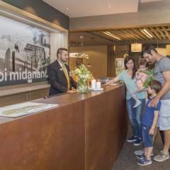 Rezeption im JUFA Hotel Malbun Alpin-Resort. Der Ort für erholsamen Familienurlaub und einen unvergesslichen Winter- und Wanderurlaub.