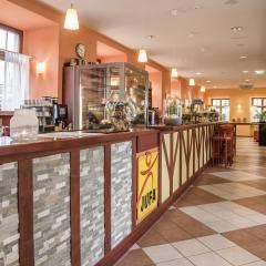 Rezeption und Blick in die Lobby im JUFA Hotel Meersburg. Der Ort für tollen Sommerurlaub an schönen Seen für die ganze Familie.