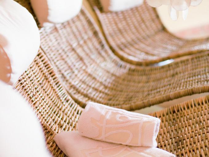 Sie sehen mehrere Rattanliegen mit Kopfpölster und Handtuch im Ruheraum. Erholen und entspannen Sie sich im Wellnessbereich im JUFA Hotel Wipptal. Der Ort für erholsamen Familienurlaub und einen unvergesslichen Winter- und Wanderurlaub.