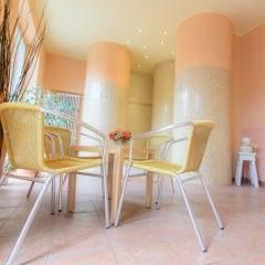Sie sehen Sessel für die Entspannung Wellnessbereich im JUFA Hotel Nördlingen. Der Ort für kinderfreundlichen und erlebnisreichen Urlaub für die ganze Familie.