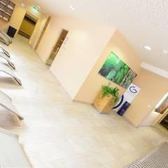 Sie sehen Liegestühle im Ruheraum des Wellnessbereiches. Erholen und entspannen Sie sich im Wellnessbereich im JUFA Hotel Schladming