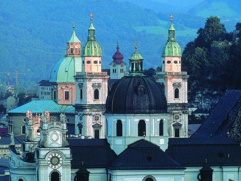 Salzburger Dom inmitten der Altstadt Salzburg. JUFA Hotels bietet erlebnisreichen Städtetrip für die ganze Familie und den idealen Platz für Ihr Seminar.