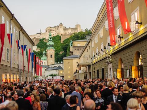 Festspielbesucher in der Hofstallgasse vor dem Großen Festspielhaus in der Stadt Salzburg. JUFA Hotels bietet erlebnisreichen Städtetrip für die ganze Familie und den idealen Platz für Ihr Seminar.