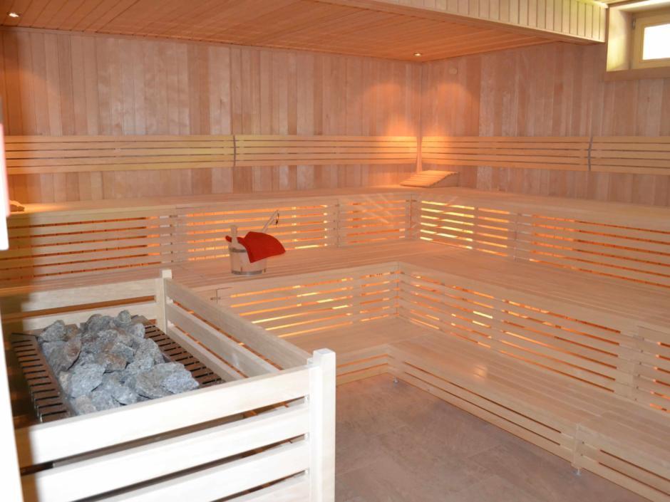 Abbildung der Sauna im Wellnessbereich im JUFA Natur-Hotel Bruck. Der Ort für erlebnisreichen Natururlaub für die ganze Familie.