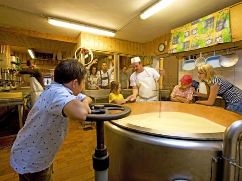 Besucher lernen Wissenswertes über die Käseherstellung in der Schaukäserei Tressdorf. JUFA Hotels bietet kinderfreundlichen und erlebnisreichen Urlaub für die ganze Familie.