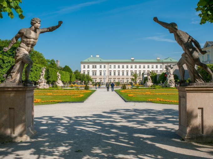 Eingang zum Mirabellgarten mit Blick auf die Gartenanlage und das Schloss Mirabell. JUFA Hotels bietet erlebnisreichen Städtetrip für die ganze Familie und den idealen Platz für Ihr Seminar.