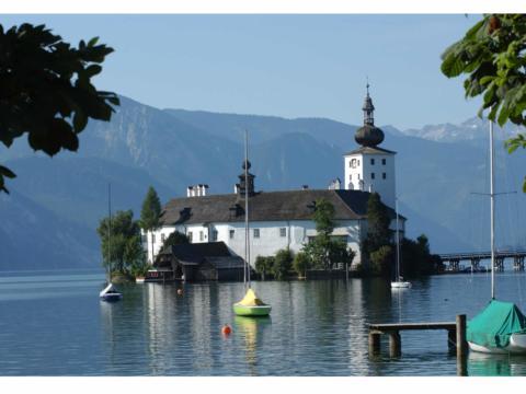 Seeschloss Ort in Gmunden im Sommer. JUFA Hotels bieten erholsamen Familienurlaub und einen unvergesslichen Winter- und Wanderurlaub.