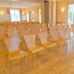 Seminarraum mit Bestuhlung im JUFA Hotel Nördlingen. Der Ort für kinderfreundlichen und erlebnisreichen Urlaub für die ganze Familie.