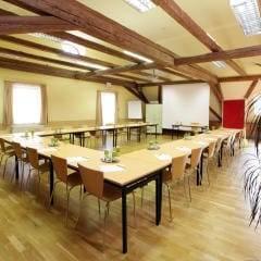 Gut ausgestatteter Seminarraum mit U-Form und Beamerwand im JUFA Hotel Oberwölz. Der Ort für erholsamen Familienurlaub und einen unvergesslichen Winter- und Wanderurlaub.