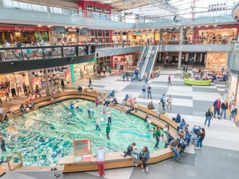 Innenansicht des Shoppingcenter Atrio in Kärnten mit begehbarer Landkarte. JUFA Hotels bieten erholsamen Familienurlaub und einen unvergesslichen Winter- und Wanderurlaub.