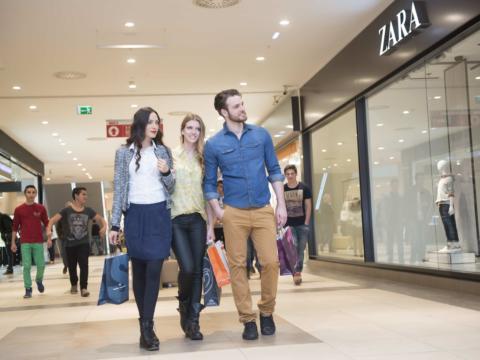 Ein Mann und zwei Frauen machen einen Einkaufsbummel im Shoppingcenter Seiersberg. JUFA Hotels bieten erholsamen Familienurlaub und einen unvergesslichen Winter- und Wanderurlaub.