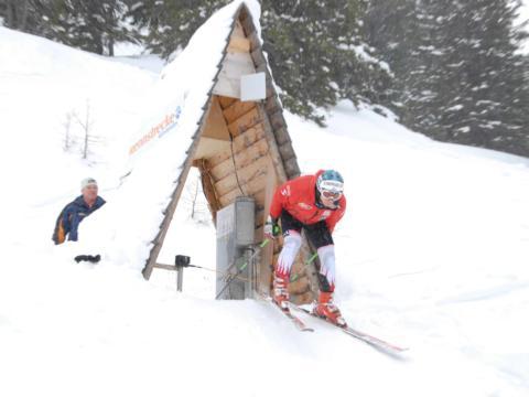Skifahrer beim Startpunkt der Skimovie-Abfahrtsaufzeichnung im Skigebiet Riesneralm. JUFA Hotels bietet erholsamen Familienurlaub und einen unvergesslichen Winterurlaub.