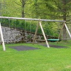 Spielplatz mit Schaukel im Garten des JUFA Hotel Altaussee. Der Ort für erholsamen Familienurlaub und einen unvergesslichen Winter- und Wanderurlaub.