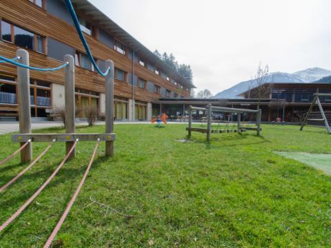 Spielplatz im Sommer vom JUFA Hotel Montafon. Der Ort für erholsamen Familienurlaub und einen unvergesslichen Winter- und Wanderurlaub.