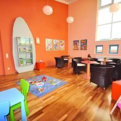 Spielzimmer mit Sitzgelegenheit für Erwachsene im JUFA Kempten Familien-Resort. Der Ort für kinderfreundlichen und erlebnisreichen Urlaub für die ganze Familie.