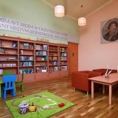 Spielzimmer mit großem Spieleregal im JUFA Kempten Familien-Resort. Der Ort für kinderfreundlichen und erlebnisreichen Urlaub für die ganze Familie.