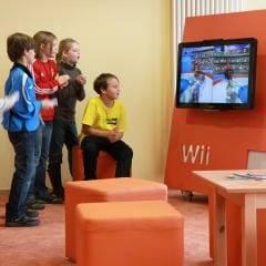 Eine Gruppe von Kindern erprobt sich beim Spielen mit der Wii-Konsole im JUFA Kempten - Familien-Resort. Der Ort für kinderfreundlichen und erlebnisreichen Urlaub für die ganze Familie.