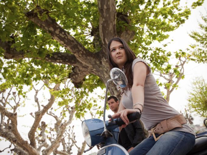 Teens beim Vespafahren in der Natur. JUFA Hotels bietet Ihnen den Ort für erlebnisreichen Natururlaub für die ganze Familie.
