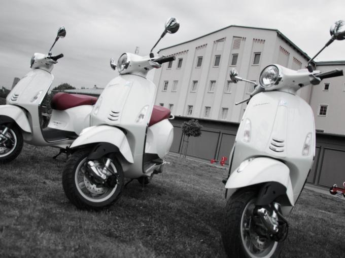 Die Landschaft und Gegend erkunden mit einer Vespa ist ein ganz besonderes Highlight im JUFA Weinviertel Hotel in der Eselmühle. Der Ort für erfolgreiche und kreative Seminare in abwechslungsreichen Regionen.