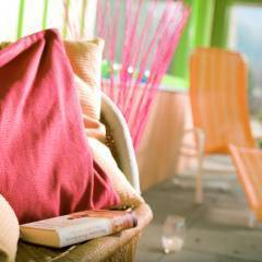 Sie sehen eine orange Liege im Ruheraum des Wellnesbereiches sowie Pölster.Erholen und entspannen Sie sich im Wellnessbereich im JUFA Hotel Wipptal. Der Ort für erholsamen Familienurlaub und einen unvergesslichen Winter- und Wanderurlaub.