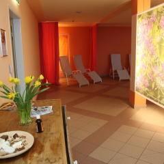 Wellnessbereich mit Blumendekoration zum Entspannen im JUFA Hotel Nockberge Almerlebnis. Der Ort für erholsamen Familienurlaub und einen unvergesslichen Winter- und Wanderurlaub.