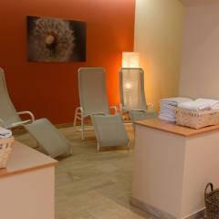 Wellnessbereich mit bereitgestellten Handtüchern im JUFA Judenburg Hotel  zum Sternenturm. Der Ort für erfolgreiche und kreative Seminare in abwechslungsreichen Regionen.