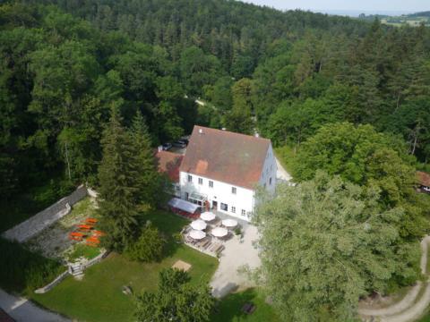 Eine Luftaufnahme der Alten Bürg bei Utzmemmingen in der Nähe vom JUFA Hotel Nördlingen. Der Ort für erholsamen Familienurlaub und einen unvergesslichen Winter- und Wanderurlaub.