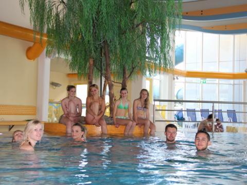 Teens beim Baden in der Schwimmhalle der Wasser- und Wellnessoase Aquarena Kötschach-Mauthen in Kärnten. JUFA Hotels bieten erholsamen Familienurlaub und einen unvergesslichen Winter- und Wanderurlaub.