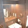 Badezimmer mit Waschbecken und Fön im JUFA Hotel Hamburg City an der Elbe. Der Ort für erlebnisreichen Städtetrip für die ganze Familie und der ideale Platz für Ihr Seminar.