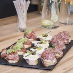Ein Teller mit unterschiedlichen belegten Broten auf einem Tisch mit Getränken. JUFA Hotels bietet den Ort für erfolgreiche und kreative Seminare in abwechslungsreichen Regionen.