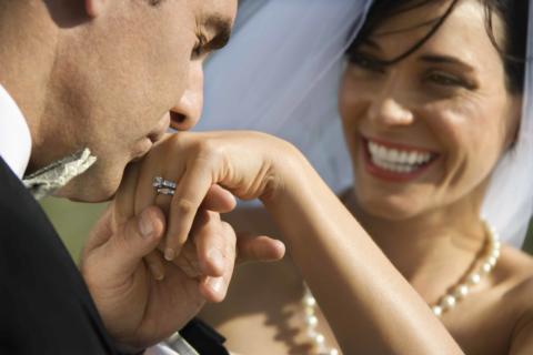 Ein Bräutigam küsst die Hand der Braut. JUFA Hotels bietet Ihnen den idealen Ort für märchenhafte Hochzeiten.