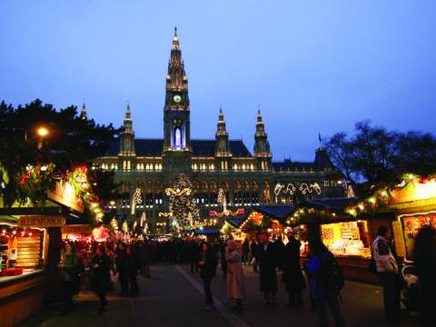 Reges Treiben am Christkindlmarkt mit zahlreichen Marktständen am Rathausplatz in Wien. JUFA Hotels bietet erlebnisreichen Städtetrip für die ganze Familie und den idealen Platz für Ihr Seminar.