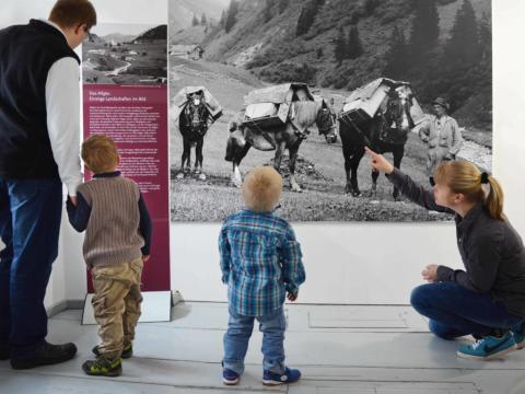 Eine Familie besucht einen Ausstellung in einm Kemptener Museum und betrachtet ein Bild in der Nähe vom JUFA Kempten - Familien-Resort. Der Ort für kinderfreundlichen und erlebnisreichen Urlaub für die ganze Familie.